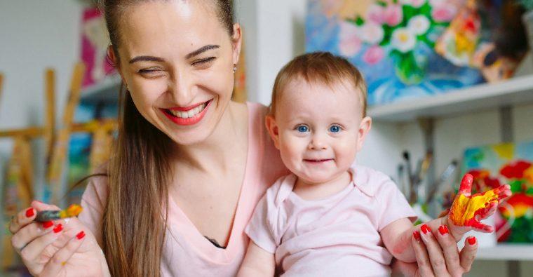 Skolfröken målar med bebis